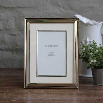 Biggie Best Medium Nickel Photo Frame with Edged Mount NF26720/46. This nickel photo frame is perfectly suited for both classic and shabby chic interiors. The beautiful edge of the frame adds extra elegance!