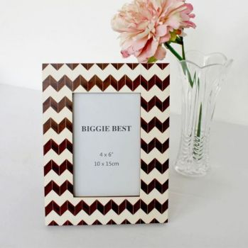 Biggie Best Brown Zig Zag Photo Frame TNW6156. This photo frame is full of personality and would fit into a stylish decor wonderfully. Display your favourite photograph!